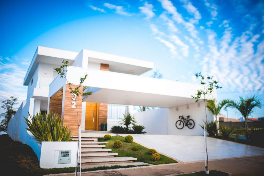 Frente de uma casa em um residencial
