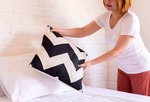 Mulher arrumando almofada