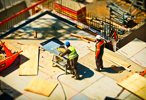 Profissionais qualificados construindo casa própria